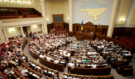 epa01022960 General view of a session of the Ukrainian parliament in Kiev on 29 May 2007. Ukrainian President Viktor Yushchenko has suspended for two days, 29 May and 30 May, his decree on parliament's dissolution to give the Supreme Rada time to adopt laws needed to hold snap elections, his press service said. EPA/SERGEY DOLZHENKO